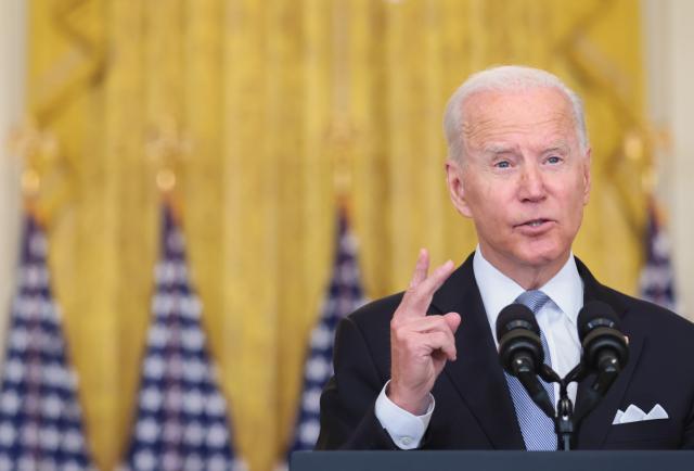 """Biden elogia el """"liderazgo"""" de España en apoyo a las mujeres y niñas afganas"""