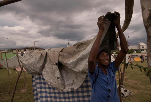 Casas de madera y lona para resguardarse de las inclemencias de Grace tras el terremoto
