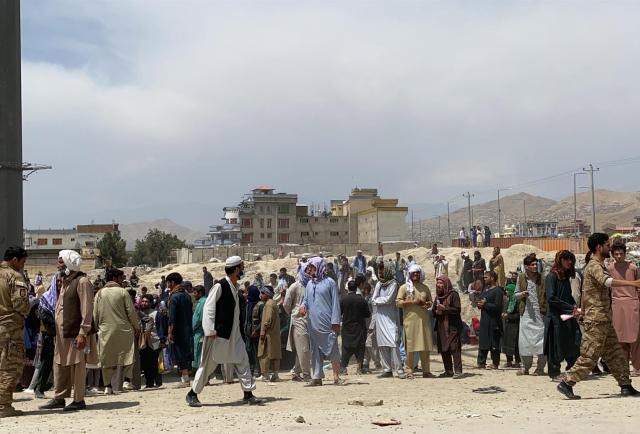 Estados Unidos advierte a los talibanes que bloquean a los afganos en el aeropuerto de Kabul
