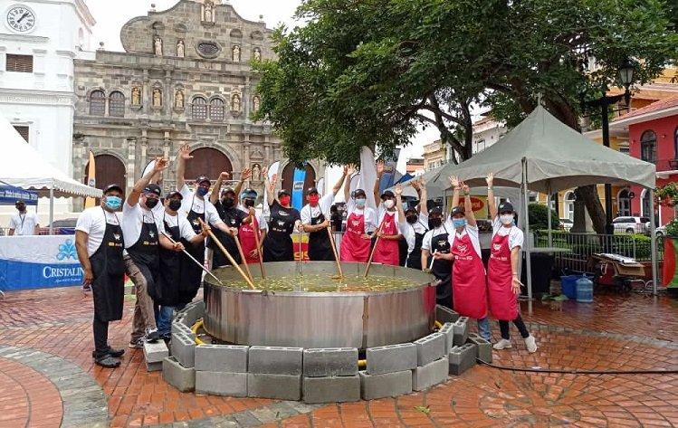 ¡Sabroso!  Preparan el 'Super Sancocho' de 5,000 libras en el Casco Antiguo