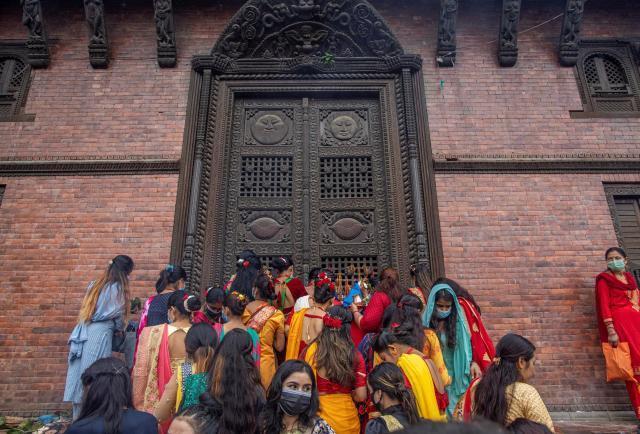 Las mujeres nepalesas celebran el festival Teej, donde piden su matrimonio