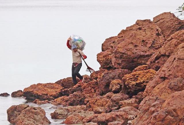 Los héroes que luchan contra la contaminación de los océanos