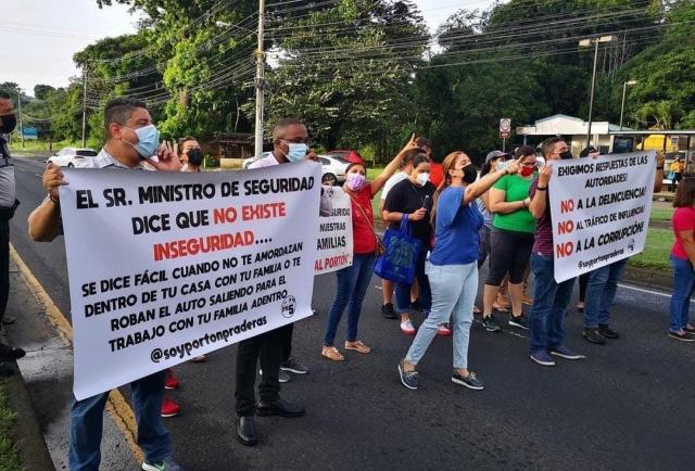 Los vecinos de Praderas del Rocío reclaman seguridad con protesta