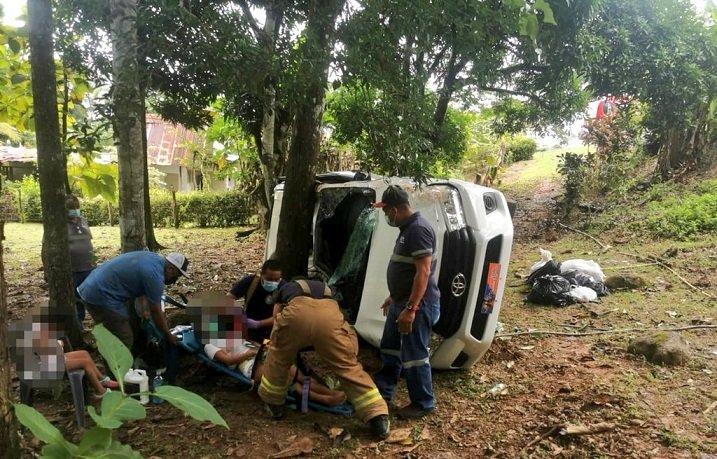 Vehículo sale de la carretera y cae por una pendiente en Loma del Sapo