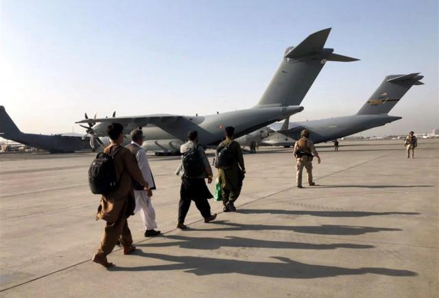 """Los talibanes buscan """"relaciones positivas"""" con Estados Unidos en una reunión cara a cara"""