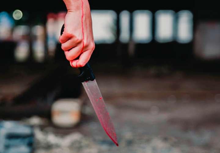 Una mujer apuñaló a su compañero en el corazón y lo mató