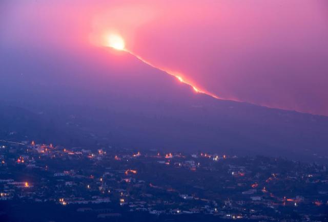 [Video] La acumulación de cenizas del volcán deja inoperativo el aeropuerto de la Palma